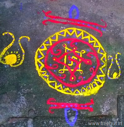 rangoli-design-by-la-martiniere-girls-college-students-(11)_thumb
